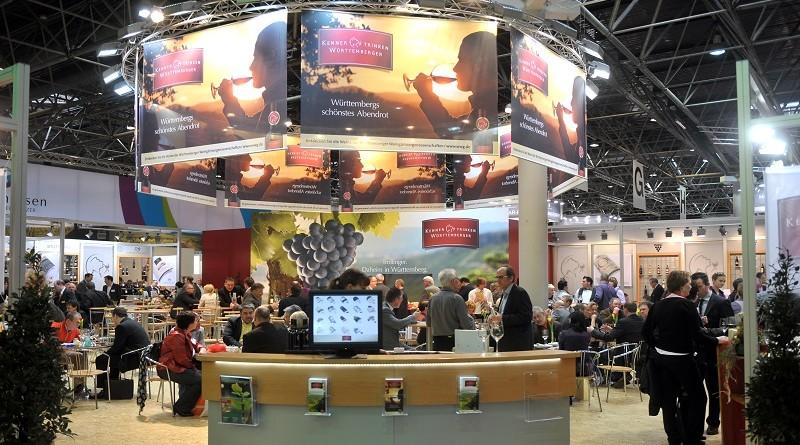 Mit einem neuen Ausstellerrekord startet die Prowein in Duesseldorf. An drei Tagen praesentieren sich ueber 3300 Aussteller aus 50 Nationen, darunter alle relevanten Weinbaugebiete der Welt sowie zahlreiche Anbieter von Spirituosen. Mit diesem Angebot ist die Leitmesse bestens geruestet und untermauert ihren Ruf als wichtigstes Treffen der internationalen Wein- und Spirituosenbranche. Insgesamt werden rund 35.000 Fachbesucher aus Handel und Gastronomie erwartet. Foto: Rene Tillmann / Messe Duesseldorf  [ copyright Rene Tillmann, Pressefotos, J  a h n s t r. 57,  D-59368 W e r n e, Tel.: +49-(0) 2389-526030, www.renetillmann.com; exploitation right Messe Duesseldorf, M e s s e p l a t z, D-40474 D u e s s e l d o r f, www.messe-duesseldorf.de; eine h o n o r a r f r e i e  Nutzung des Bildes ist nur fuer journalistische Berichterstattung, bei vollstaendiger Namensnennung des Urhebers gem. Par. 13 UrhG (Foto: Rene Tillmann / Messe Duesseldorf) und Beleg oder webadresse (bei online-Nutzung) moeglich; Verwendung ausserhalb journalistischer Zwecke nur nach schriftlicher Vereinbarung mit dem Urheber; soweit nicht ausdruecklich vermerkt werden keine Persoenlichkeits-, Eigentums-, Kunst- oder Markenrechte eingeraeumt. Die Einholung dieser Rechte obliegt dem Nutzer; Jede Weitergabe des Bildes an Dritte ohne  Genehmigung ist untersagt | Any usage and publication only for editorial use, commercial use and advertising only after agreement; unless otherwise stated: no Model release, property release or other third party rights available; royalty free only with mandatory credit: photo by Rene Tillmann / Messe Duesseldorf]